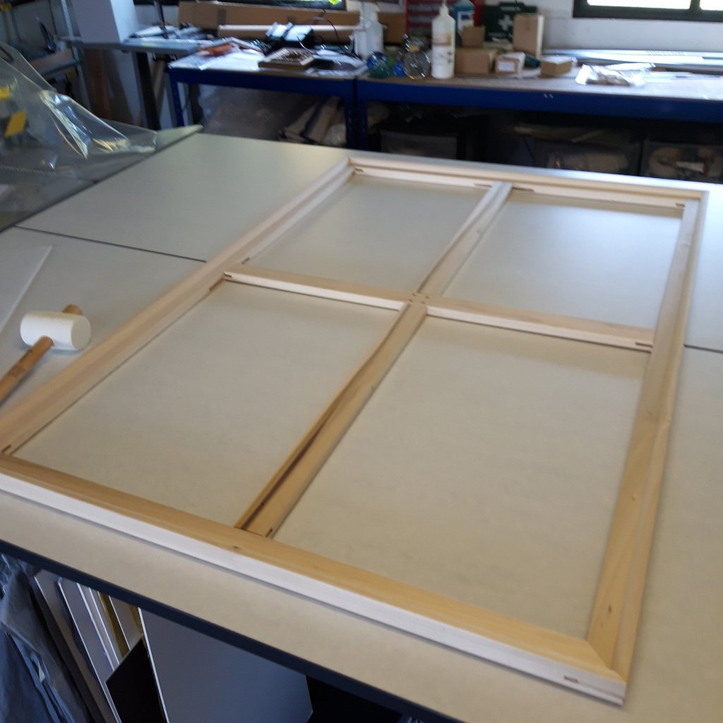Assembling stretchers for a canvas